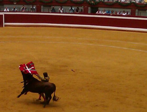 Antonio Barrera toreando con la 'ikurriña' el pasado agosto