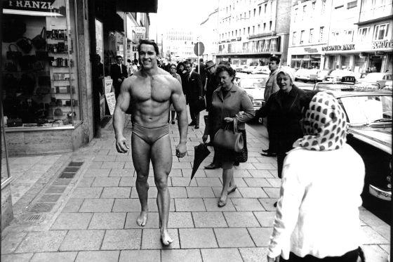 """Noviembre de 1967. Con 20 años 'Arnie' promociona por Múnich el gimnasio en el que entrenaba. """"A pesar del frío, me divertí bastante""""."""