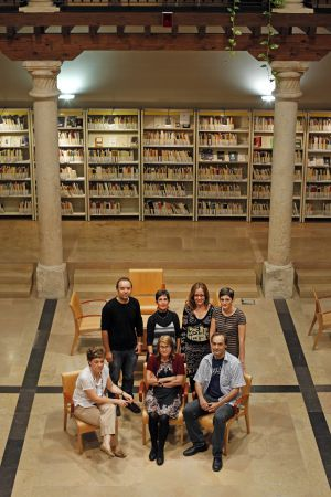 Patio central de la biblioteca pública de Guadalajara. De pie, Josean Pérez, Blanca Calvo (directora), Aurora López y Pilar Martínez. Sentados, Emma Jaraba, Mercedes Garulo y Antonio Durán.