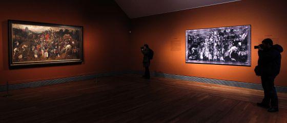Unos fotógrafos retratan el cuadro 'El vino de la fiesta de San Martín', de Brueghel el Viejo,expuesto en el Museo del Prado.
