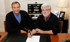 George Lucas y Robert A. Iger, presidente ejecutivo de Disney firman el acuerdo de compra.