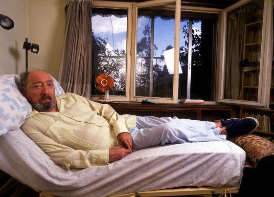 Juan Carlos Onetti —en una imagen de 1989— pasó años metido en la cama en su domicilio de Madrid.