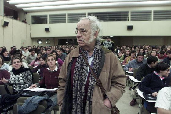 El filósofo Agustín García Calvo, durante su participación en el I Congreso Internacional Nudo Mediterráneo, en 2004.