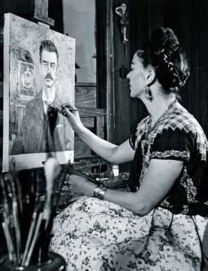 Frida Kahlo pintando un retrato de su padre, Wilhem, en 1951.