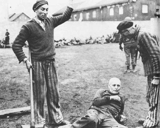 Prisioneros liberados en Dachau se burlan de un antiguo guarda, que sería asesinado.