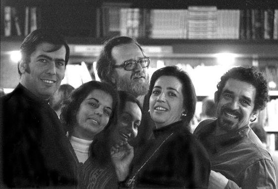 Vargas Llosa, su esposa Patricia Llosa, José Donoso, Mercedes Barcha (esposa de García Márquez), Pilar Donoso (esposa de José Donoso) y García Márquez, en Barcelona en los setenta.