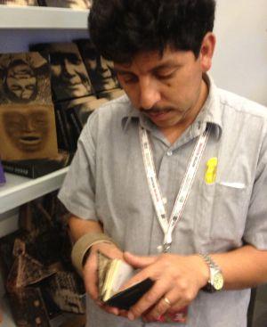 Pedro Álvarez muestra algunos trabajos de Taller Leñateros.