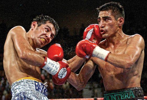 Marco Antonio Barrera (a la izquierda) contra Eric 'El Terrible' Morales, en un combate celebrado en Las Vegas en 2002.