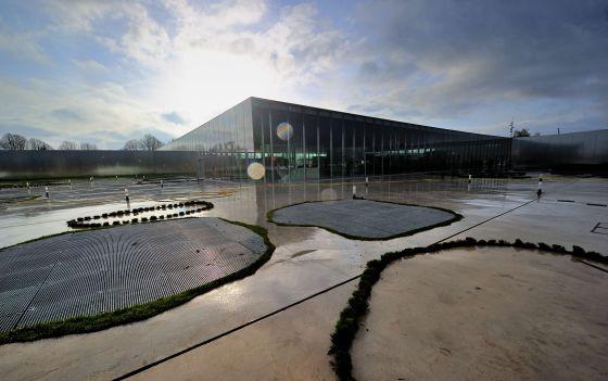 El espectacular edificio de cristal y acero del estudio de arquitectura japonés acoge el Louvre de Lens, al norte de Francia.