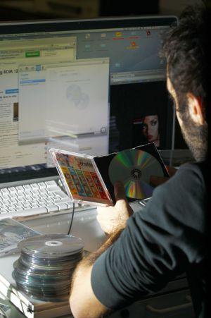 Un usuario copia CD con uno de los dispositivos que antes estaba sujeto al canon digital.