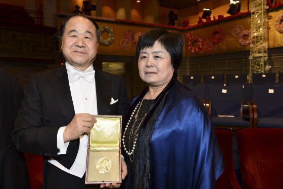 El Premio Nobel de Literatura Mo Yan posa junto a su esposa, Quinlan Du, después de recibir el galardón en la ceremonia de entrega de los Premios Nobel.