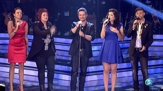 Alejandro Sanz canta junto a algunos de los concursantes en un momento de semifinal de 'La Voz'.