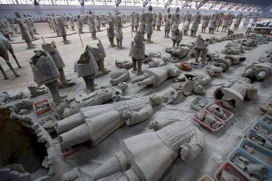 Arqueólogos chinos en los trabajos de restauración de los famosos guerreros de terracota, en una imagen de 2007.