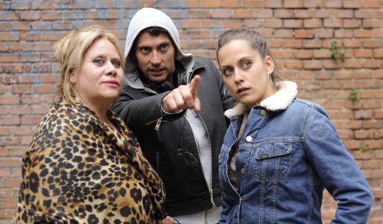 Paco León dirige a su madre Carmina Barrios y a su hermana María León durante el rodaje de la película 'Carmina o revienta' .