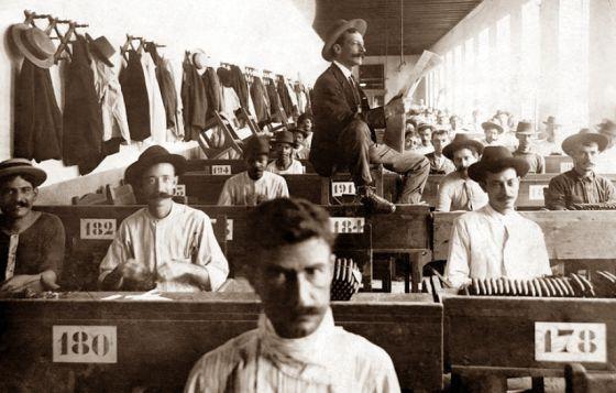 Foto de autor desconocido de un lector de tabaquería en una fábrica cubana de puros de principios del siglo pasado.