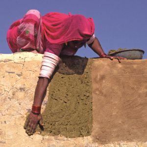 Una mujer india construye un inmueble con sus propias manos.