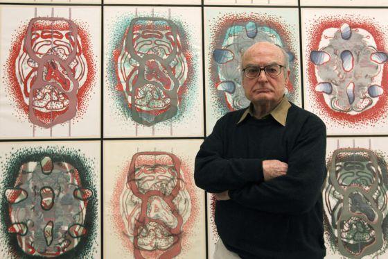El artista Luis Gordillo posa delante de una de sus obras, en Calcografía Nacional.