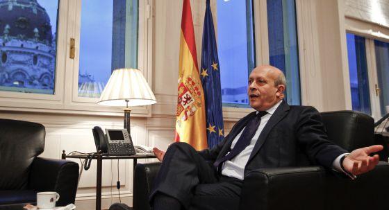 José Ignacio Wert, ministro de Educación, fotografiado en el despacho del ministerio.
