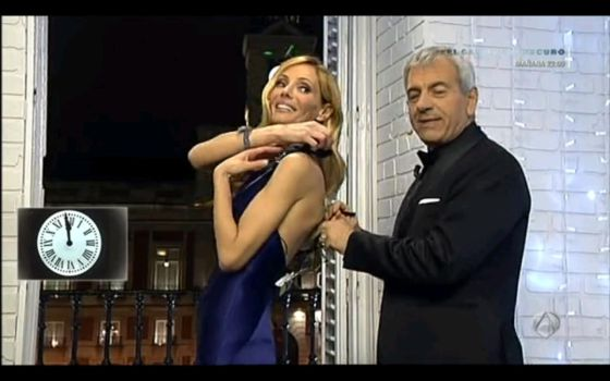 Sobera sujeta el vestido de Paula Vázquez.
