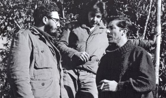El reportero Enrique Meneses (derecha) habla con Fidel Castro (izquierda) y su hermano Raul, en Sierra Maestra.