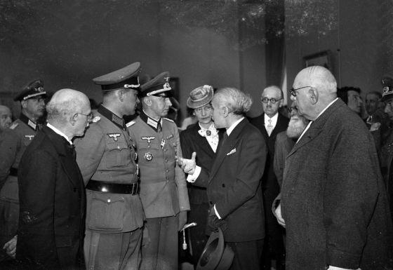 El escritor francés Abel Bonnard da explicaciones a los jerarcas nazis de la Ocupación durante la inauguración, en 1942, del Museo de Arte Moderno de París.