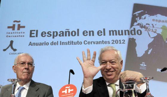 El ministro de Asuntos Exteriores, José Manuel García Margallo (dcha.), acompañado del director del Instituto Cervantes, Víctor García de la Concha, en la presentación del Anuario de esta institución.