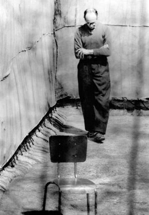 El nazi Adolf Eichmann, en la prisión de Teggart (Israel), en un descanso de su proceso. 1961.