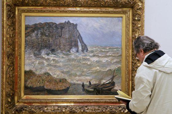 El diseñador Alberto Corazón, ante 'Mar agitado, Étretat' (1883), de Monet, en el Museo Thyssen.