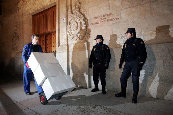 Traslado de cajas con los 'papeles de Salamanca', en el año 2006.
