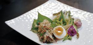 Caballa con huevo de pato y verduras tailandesas de temporada.