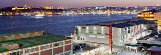 Vista del Museode Arte Moderno de Estambul, ante el paisaje del Bósforo.