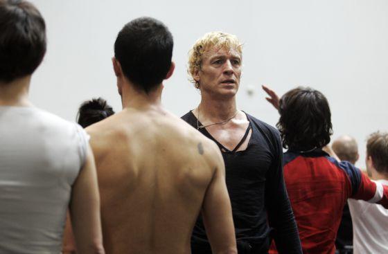 Nacho Duato, de frente, en uno de los ensayos con la Compañía Nacional de Danza.