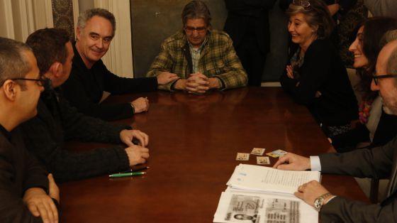 Ferran Adrià agarra la mano de su socio Juli Soler durante la constitución oficial de elBullifoundation.
