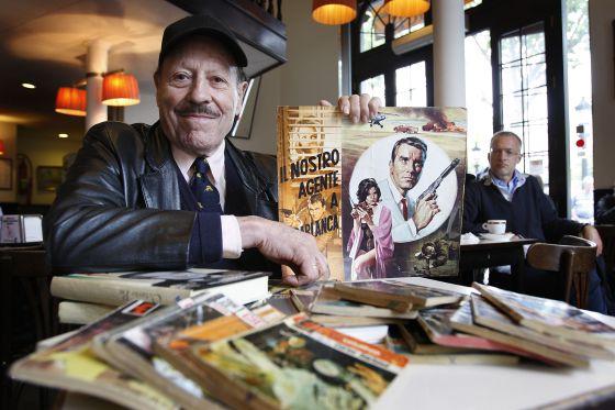 Juan Gallardo, Curtis Garland, con algunas de sus novelas.
