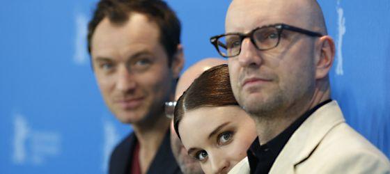 Jude Law (izquierda), Rooney Mara (centro) y el director Steven Soderbergh (derecha) ante los fotógrafos en Berlín.