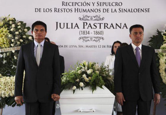 El féretro de Julia Pastrana a su llegada a Sinaloa, México.