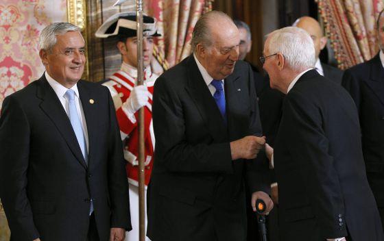 El Rey saluda a García de la Concha ante la presencia del presidente de Guatemala, Otto Pérez.