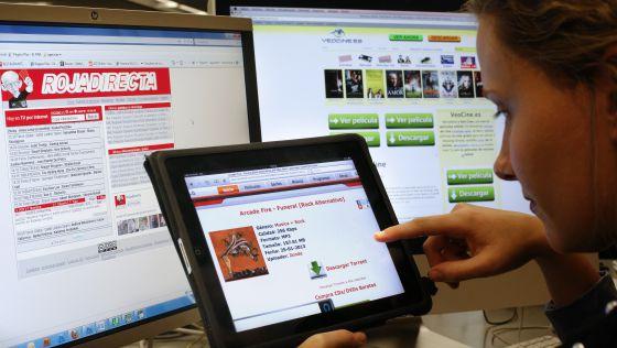 Una usuaria descarga varios contenidos de cine, música y deportes protegidos por derechos de autor.