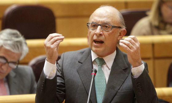 El ministro de Hacienda, Cristóbal Montoro, esta tarde en el pleno del Senado.