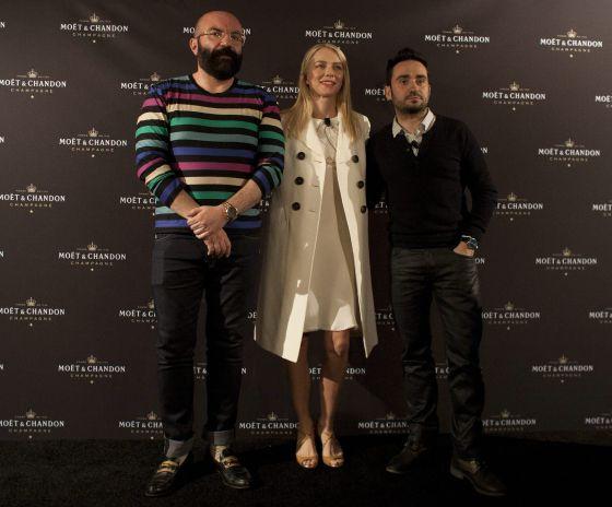 El diseñador de vestuario Paco Delgado, la actriz británica Naomi Watts y el director Juan Antonio Bayona, posan durante una rueda de prensa