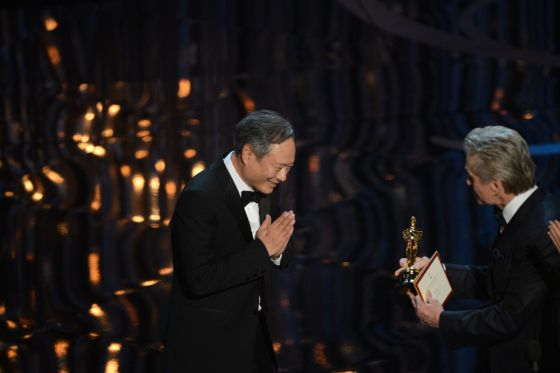 Ang Lee recibe la estatuilla de Michael Douglas.