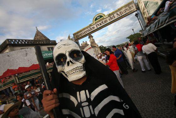Un hombre disfrazado participa en el IX Festival Internacional de Poesía de Granada, en Nicaragua.