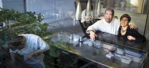 Víctor Quintillà y Mar Gómez en la cocina del restaurant La Lluerna, en Santa Coloma de Gramenet.