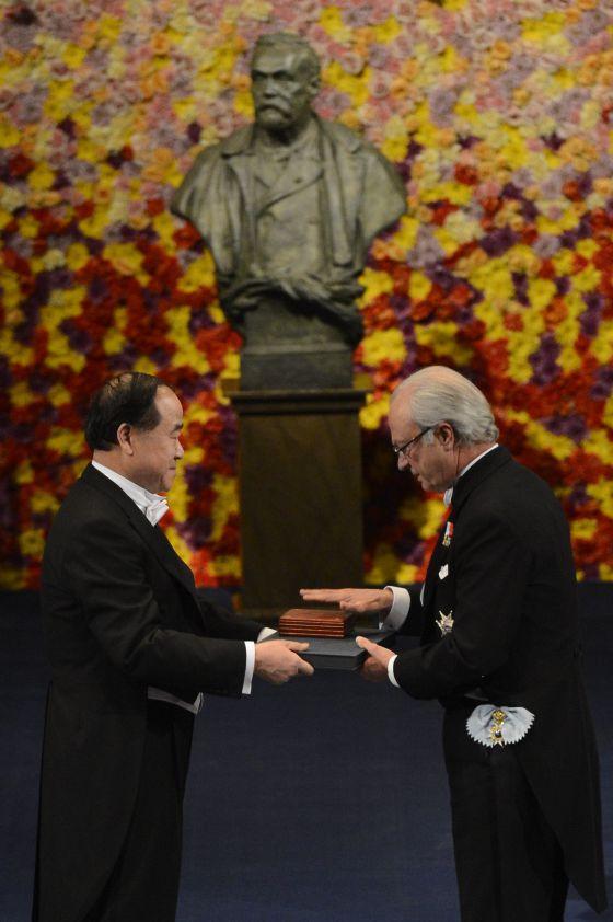Mo Yan recibe, en diciembre pasado, el Nobel de literatura de manos del rey Carlos Gustavo de Suecia.