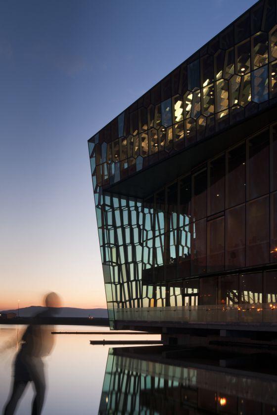 El auditorio Harpa en el puerto de Reikiavik es un símbolo del renacer cultural de Islandia.