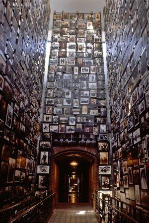 Impresionante muro de víctimas, en el Museo del Holocausto de EE UU, en Washington.