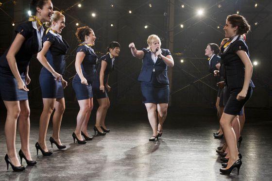 El coro de 'Dando la nota'. En el centro, Rebel Wilson.