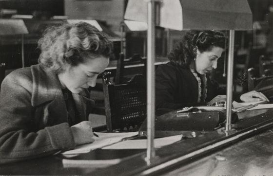 Usuarias en la sala de lectura de la Biblioteca Nacional.