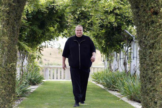 Kim Dotcom pasea por el jardín de su mansión en Nueva Zelanda.