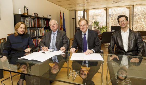 Representantes del INAEM y de la Fundación Loewe, en la firma del convenio.